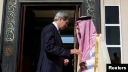 Davlat kotibi Jon Kerri, Saudiya Tashqi ishlar vaziri Saud al-Faysal . Jidda, 25-iyun, 2013-yil.