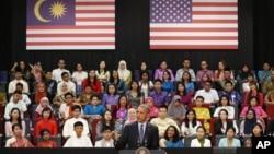 သမၼတ အုိဘားမားက Kuala Lumpur ၿမိဳ႕က town hall ေတြ႔ဆုံပဲြ။ (ႏိုဝင္ဘာ ၂၀ ၊ ၂၀၁၅)