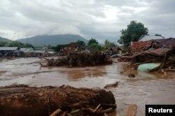Rumah-rumah yang rusak di daerah yang terkena banjir bandang setelah hujan lebat di Flores Timur, Provinsi Nusa Tenggara Timur, 4 April 2021. (Antara Foto/ Handout / Dok BPBD Flores Timur).