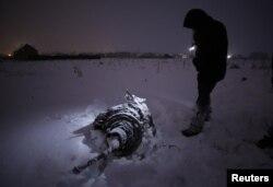 Một mảnh vỡ từ chiếc máy bay gặp nạn của hãng Saratov Airlines.