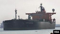El tráfico de barcos petroleros en el Canal de Suez se ha mantenido pese a la crisis.
