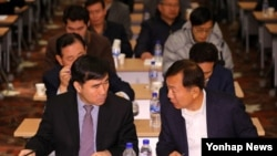 지난 2013년 서울에서 열린 '개성공단 전체 입주기업 대표 회의'에서 한재권 개성공단기업협회 회장(오른쪽)과 정기섭 공동위원장이 대화하고 있다. (자료사진)