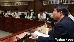 류길재 한국 통일부 장관이 11일 정부서울청사 통일부 대회의실에서 열린 기자간담회에서 인사말을 하고 있다. 이날 정부는 북한에 제2차 남북 고위급접촉을 오는 19일 판문점에서 개최하자고 전격 제의했다.
