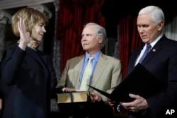 蒂娜·史密斯在副總統彭斯主持下宣誓就任代表明尼蘇達州的聯邦參議員。 (2018年1月3日)