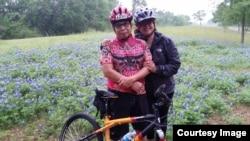 Bambang Samudra dan istri bersepeda sambil mengunjungi taman bluebonnet di Texas (foto: courtesy).