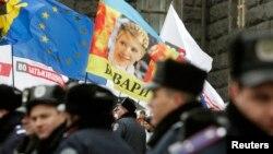 Đoàn người biểu tình ủng hộ việc hội nhập EU, cầm bức ảnh của nhà lãnh đạo đối lập đang bị tù Yulia Tymoshenko, 26/11/13