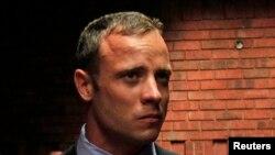 ນັກແລ່ນໂອລິມປິກ ທີ່ໃສ່ຂາເຫລັກ ທ້າວ Oscar Pistorius ກໍາລັງປະເຊິນໜ້າໃນຂໍ້ຫາ ຄິດກຽມຄາດຕະກໍາ ຜູ້ສາວຂອງລາວ