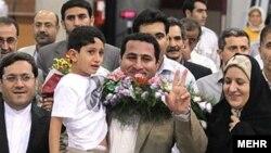 شهرام امیری در فرودگاه امام خمینی تهران مورد استقبال خانواده و مقامات رسمی قرار گرفت - ٢۴ تیرماه ٨٩