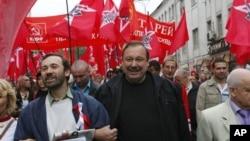 Nhà hoạt động đối lập Gennady Gudkov (chính giữa) diễu hành với những người ủng hộ phe đối lập trong một cuộc biểu tình tại Moscow, 15/9/2012