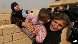 지난 25일 이라크 모술에서 9km 떨어진 토브자와 마을에서 주민들이 이라크 정예부대와 ISIL의 교전을 피해 달아나고 있다.