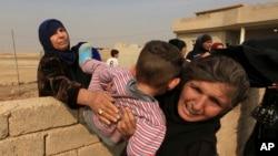 伊斯蘭國攻擊破壞摩蘇爾。居民逃離該地。