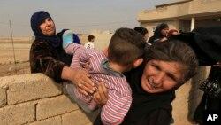 Những người dân thường rời bỏ ngôi nhà của họ, trong khi các lực lượng chống khủng bố tinh nhuệ của Iraq chiến đấu chống lại các chiến binh Nhà nước Hồi giáo tại làng Tob Zawa, cách Mosul 9 km, Iraq, ngày 25 tháng 10 năm 2016.