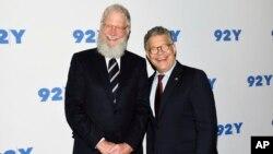 دیوید لترمن (چپ) در کنار سناتور دموکرات ایالت مینهسوتا