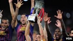 Para pemain Barcelona merayakan kemenangan melawan Real Madrid dalam meraih Super Cup tahun ini. Tiga pemain Barcelona mendominasi daftar Pemain Tahun Ini (foto: dok).