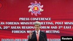 Ngoại trưởng Mỹ John Kerry phát biển tại một cuộc họp báo tại Bandar Seri Begawan, Brunei, ngày 1/7/2013.