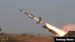 지난 3일 북한 인민군 서부전선 반항공부대들이 '고사로켓' 사격 훈련 중이다. (자료사진)