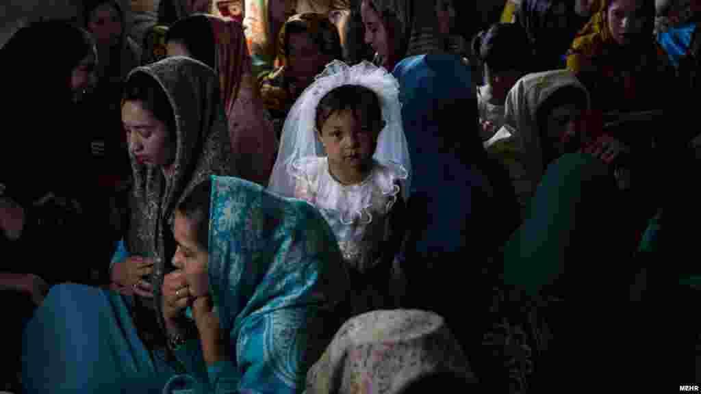 در ایران ازدواج برای دختر از سن ۱۳ سالگی قانونی است. خبرگزاری مهر مجموعه عکسی دارد از ازدواج زیر ۱۸ سال در استان گلستان. اسم این مجموعه زنان کوچک گذاشته شده است. عکس: مهسا احرابی فرد، مهر