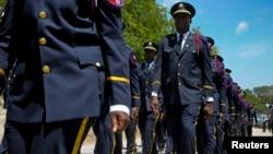 Manm PNH (Polis Nasyonal d Ayitia) ki t ap defile anvan yon seremoni remiz diplòm pou yon pwomosyon tou nèf. (Foto: REUTERS/Swoan Parker).