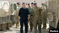 英國首相卡梅倫星期六訪問阿富汗期間被引領參觀一個軍營