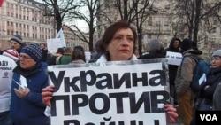 3月7日莫斯科反戰集會,大學教師維多利亞手舉標語:烏克蘭反對戰爭(美國之音 白樺拍攝)