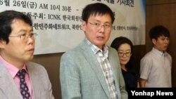지난 2003년에 탈북해 '북한정치범수용소 피해자와 가족모임' 대표로 활동하고 있는 요덕15호 관리소 출신 탈북자 정광일 씨(가운데). (자료사진)