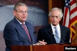 رابرت منندز، رئیس کمیته روابط خارجی سنا (چپ) و سناتور باب کورکر در یک کنفرانس خبری در کنگره