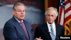 سناتور جمهوریخواه باب کورکر (راست)، رئیس کمیته روابط خارجی سنا در کنار سناتور دموکرات رابرت منندز رئیس پیشین کمیته