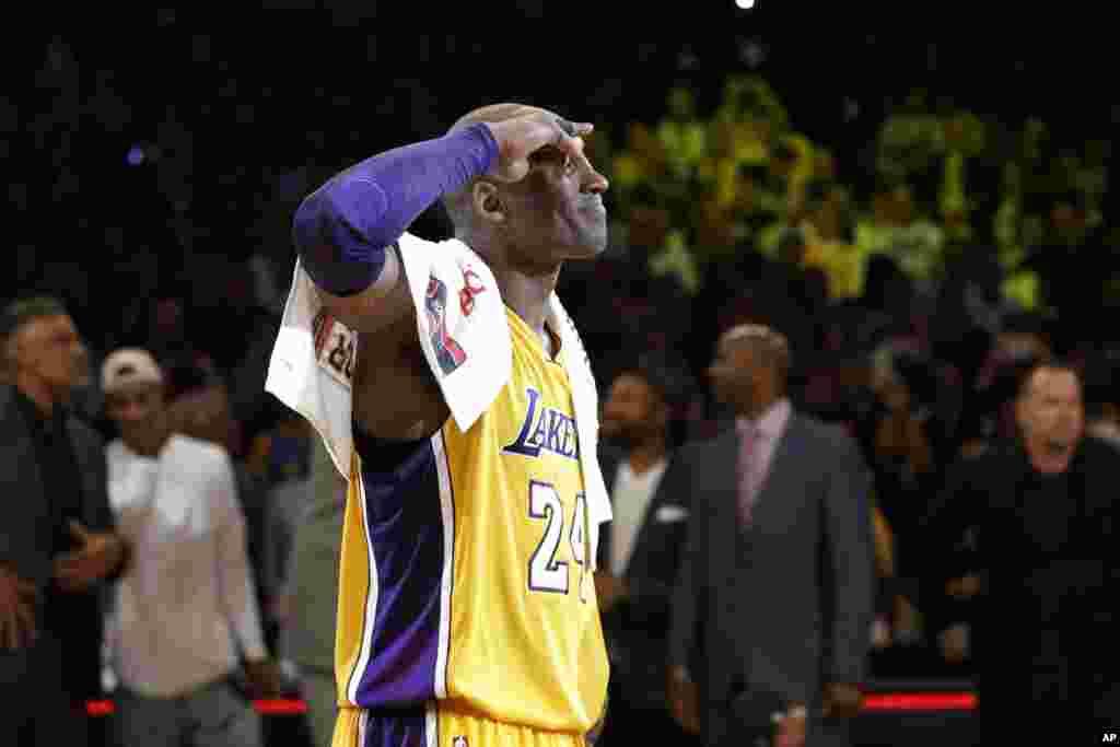 Kobe Bryant agradece ao público no fim do seu derradeiro jogo.