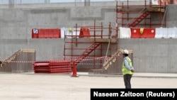 Un homme voit le site de construction du stade Al Wakrah, qui devrait accueillir des matches de football lors de la Coupe du monde 2022, à Al Wakrah, au Qatar, le 12 avril 2016. REUTERS / Naseem Zeitoon - RTX29LD3