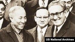 Ông Lê Đức Thọ, Cố vấn cao cấp Đoàn VNDCCH và Tiến sĩ Henry Kissinger, Cố vấn An ninh Quốc gia Mỹ tại Hội nghị Paris