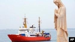 Spasilački brod sa više od 600 migranata u italijanskoj luci Pozalo