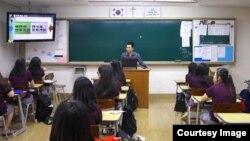 '평화 통일' 강의하는 탈북민들