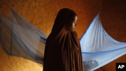 Trong bức ảnh được chụp hôm 18/7/2012, em Zali Idy, 12 tuổi, trong phòng ngủ của mình ở ngôi làng hẻo lanh Hawkantaki, Niger. Em Zali đã kết hôn vào năm 2011.