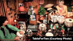 مسعود اوماری اور ابی گیل ایڈمز گرین وے طبلے پر موسیقی پیش کر رہے ہیں