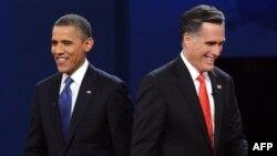 Tổng thống Obama và đối thủ của đảng Cộng hòa Mitt Romney sau cuộc tranh luận trực tiếp tại Ðại học Denver, Colorado, ngày 3/10/2012