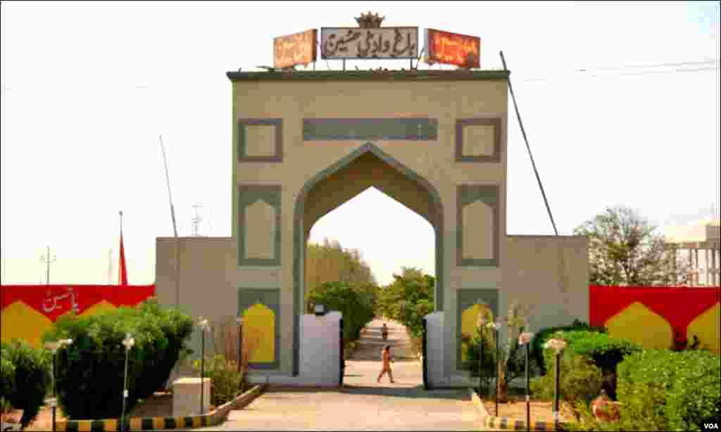 """سپرہائی وے پر کراچی ۔حیدرآباد ٹول پلازہ سے تقریباً دوکلومیٹر پر واقع' 'باغ وادی حسین"""" کا مرکزی دروازہ"""