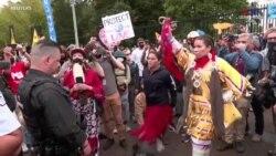 Երկուշաբթի օրը տասնյակ բնիկ ամերիկացիներ և բնապահպան ակտիվիստներ, վանկարկելով «մենք ենք պաշտպանները»