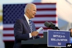 미국 민주당 대선후보인 조 바이든 전 부통령이 6일 펜실베이니아주 게티스버그에서 연설한 후 마스크를 착용하고 있다.