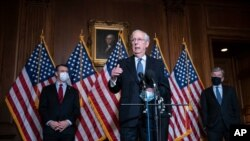 میچ مکانل، سناتور جمهوریخواه ایالت کنتاکی و رهبر اکثریت در سنای ایالات متحده، در یک کنفرانس خبری. ۸ دسامبر ۲۰۲۰