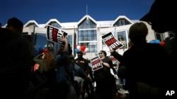La gente se manifiesta frente al Centro de Convenciones de Pensilvania, donde se cuentan los votos, el viernes 6 de noviembre de 2020 en Filadelfia. (Foto AP / Rebecca Blackwell)