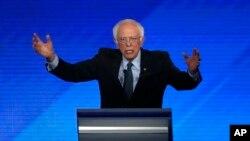 Demokratski predsednički kandidat Berni Sanders govori na demokratskoj predsedničkoj debati na koledžu Sent Anselm u Mančesteru u Nju Hempširu, 7. februara 2020.
