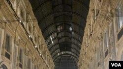 Galleria Vittorio Emanuele is seen in Milan, with people wearing mandatory protective masks. (Sabina Castelfranco/VOA)