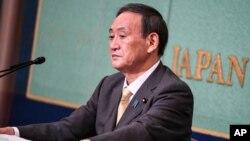 Kandidat pemilihan kepemimpinan Partai Liberal Demokratik Jepang dan Sekretaris Kabinet Jepang Yoshihide Suga menghadiri debat menjelang pemilihan kepemimpinan LDP, di Tokyo, Sabtu, 12 September 2020. (Foto: AP)