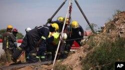16일 아프리카 요하네스버그 동부의 한 폐광에서 구조대가 지하에 갇힌 불법채굴자 200명을 구출하기 위해 입구 위로 무너진 돌과 잔해들을 제거하고 있다.