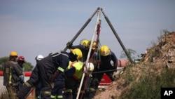 2月16日,南非的救援人员试图救出被困在老矿井下的非法矿工