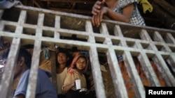 Người Hồi giáo Rakhine tại làng Paik Thay. Bạo động đã buộc cư dân phải rời bỏ nhà cửa chạy lánh nạn.