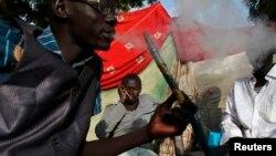 Vijana wakitumia shisha kama kiburudisho katika kambi ya wakimbizi nchini Sudan.