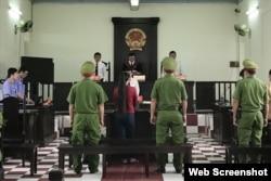 Phiên tòa xét xử bà Lê Thị Bình ngày 22/4/2021 với ghế trống ở bàn dành cho luật sư bào chữa. Photo Lao Dong.
