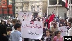 Perempuan dan anak-anak ikut dalam demonstrasi anti-pemerintah di Banias, Suriah, Selasa (3/5).
