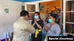 Prabowo Subianto juga mengunjungi keluarga Dansatsel Kolonel Laut (P) Harry Setiawan, yang meninggalkan empat anak. Juga keluarga Kapten Laut (P) I Gede Kartika dan Letda Laut (P) Rhesa Tri ST. (Foto: istimewa)